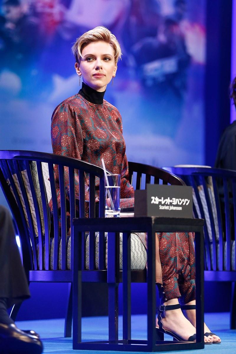 Scarlett Johansson diện bộ pantsuit in hoa văn lạ mắt của nhãn hiệu Haney