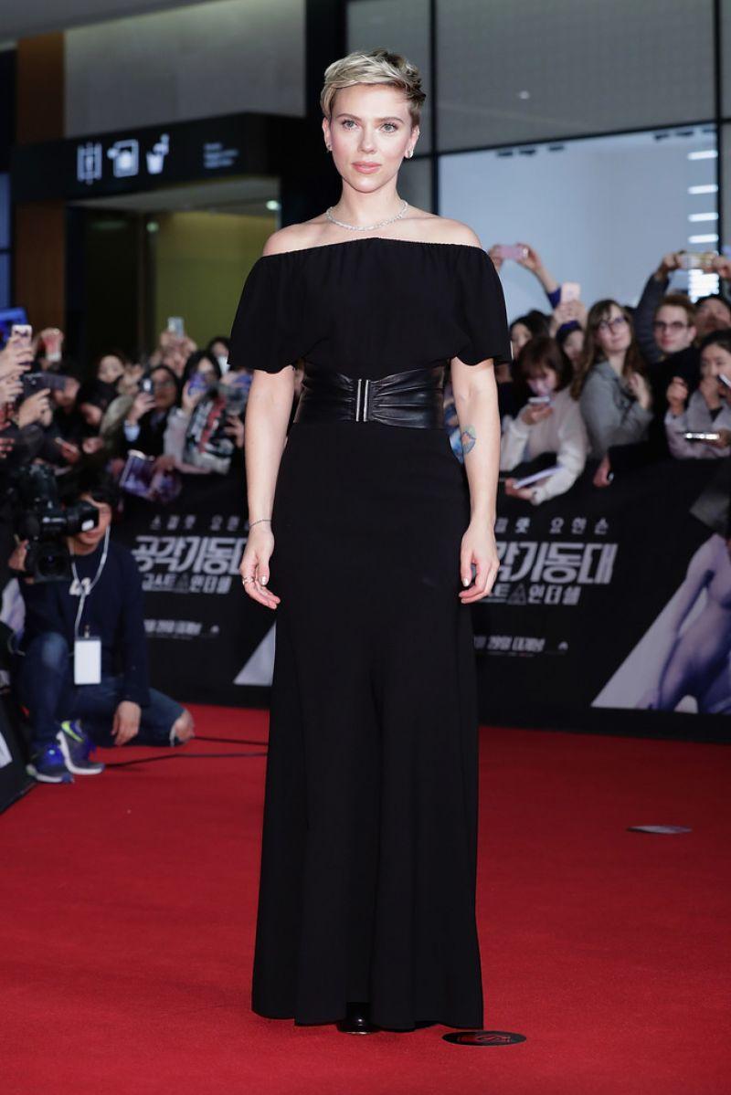 Scarlett Johansson xuất hiện lung linh tuyệt mỹ trên thảm đỏ thu hút ánh nhìn của hàng trăm fan hâm mộ và ống kính của phóng viên báo chí. Cô chọn bộ đầm đen tuyền trễ vai của Azzedine Alaïa nhấn nhá bằng thắt lưng da phá cách khiến tổng thể tuy tối giản nhưng toát lên sự sang trọng đẳng cấp