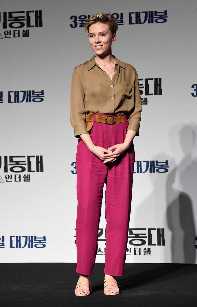 Cận cảnh vẻ đẹp không thể rời mắt của Scarlett Johansson. Cô nàng diện bộ cánh được phối màu vô cùng tinh tế từ thương hiệu L'Agence