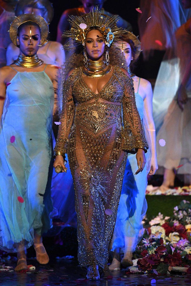 """Sau khi xác nhận tin mang thai, Beyoncé khiến công chúng mãn nhãn với màn trình diễn hai ca khúc thuộc album Lemonade tại sân khấu Grammy 2017. Nàng """"ong chúa"""" đẹp tựa nữ thần trong bộ đầm ánh vàng diễm lệ của nhà mốt Peter Dundas"""