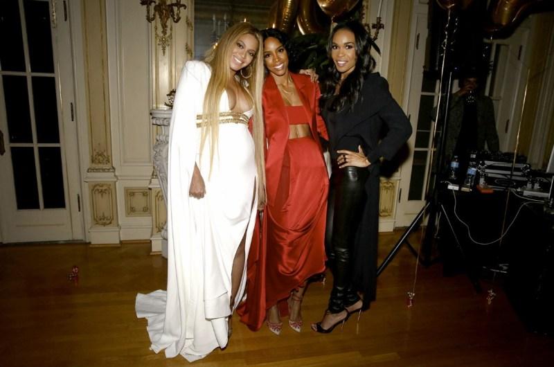 """Thêm một thiết kế của nhà mốt """"ruột"""" Peter Dundas được Beyoncé chưng diện khi xuất hiện bên cạnh những người bạn cũ của nhóm Destiny's Child. Sắc trắng thanh lịch cùng những đường cắt xẻ tinh tế giúp nàng bầu nhận được không ít ánh nhìn ngưỡng mộ"""