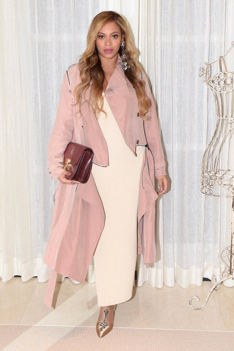 """Beyoncé đẹp dịu dàng, """"giấu"""" bụng bầu trong thiết kế đầm dài màu nude, phối hợp hài hòa với áo khoác dáng dài và loạt phụ kiện sành điệu"""