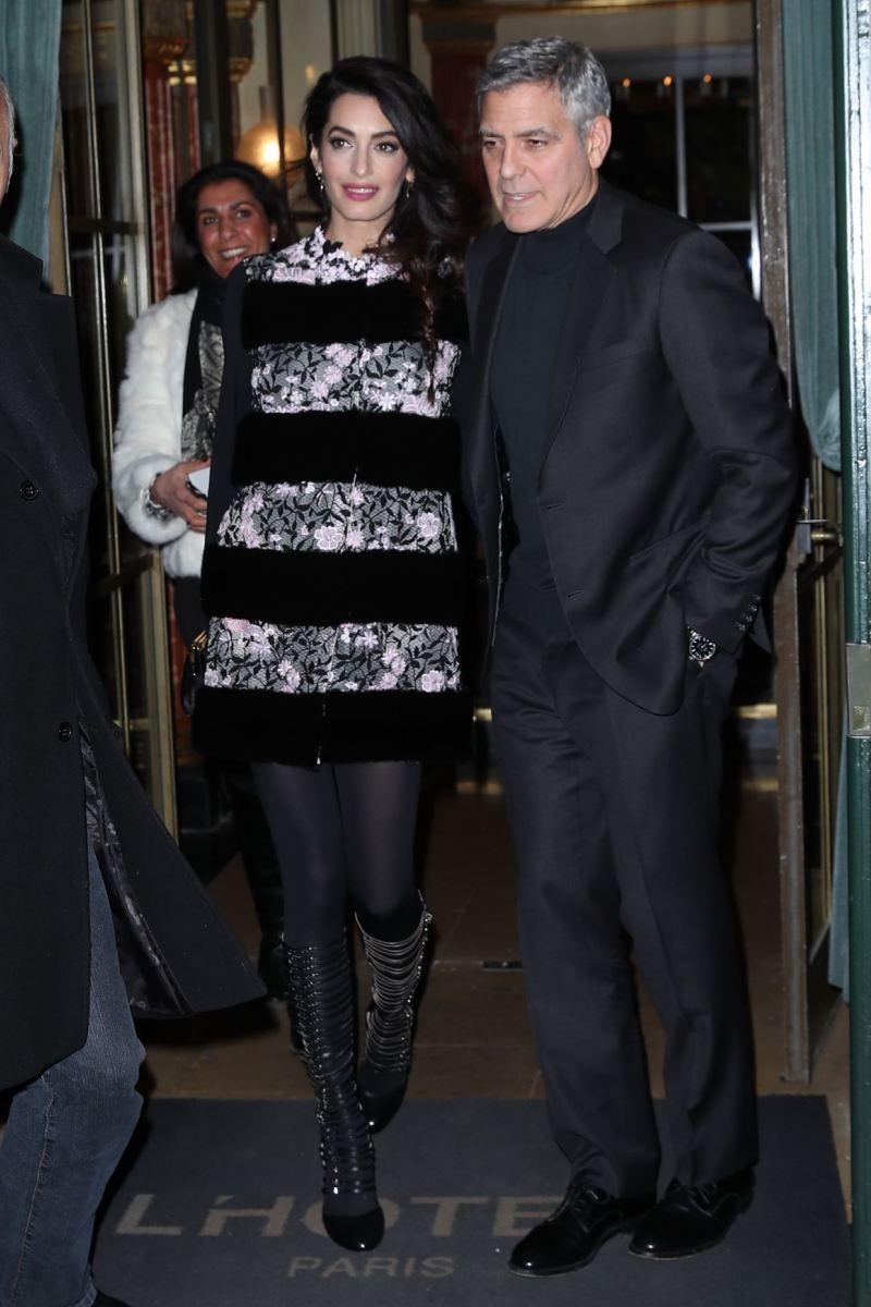 """Thiết kế đầm tối màu của Giambattista Valli vừa giúp """"giấu"""" bụng bầu vừa tôn vẻ ngoài cuốn hút nhờ những đường ren hoa sắc sảo, được Amal Clooney phối hợp khéo léo cùng quần tất và đôi giày nhiều quai gài đang cực """"hot"""""""