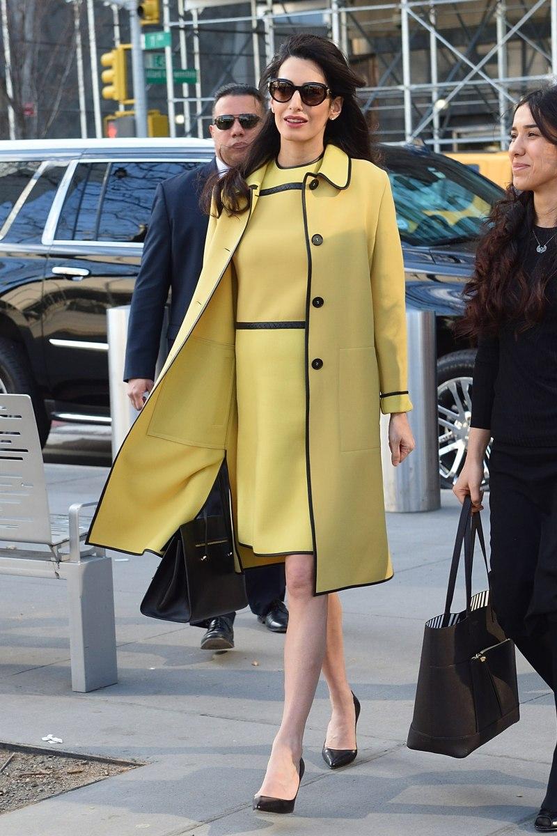 Bộ đôi đầm và áo khoác đồng điệu tiếp tục được nàng bầu chưng diện để phô diễn vẻ ngoài cuốn hút. Lần này là một thiết kế mang sắc vàng quý phái của thương hiệu Bottega Veneta, đồng hành cùng Amal Clooney trong buổi phát biểu chống nạn khủng bố hôm 9/3 tại trụ sở Liên Hiệp Quốc