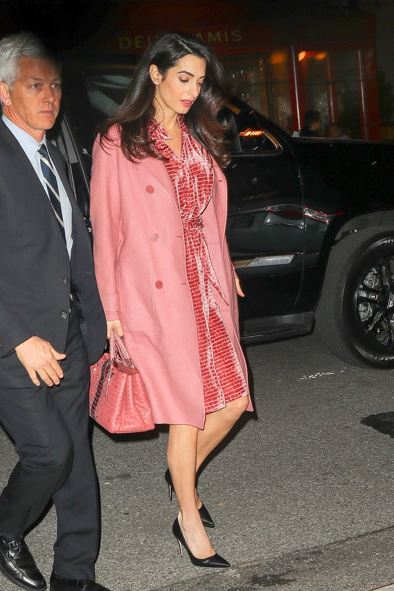 Thêm một thiết kế mang sắc hồng ngọt ngào đến từ Bottega Veneta giúp Amal Clooney khoe thần thái rạng ngời khi dạo phố
