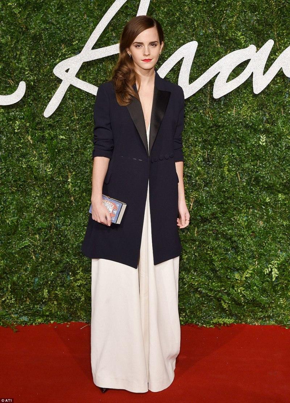 """Phong cách thời trang tinh tế của Emma Watson một lần nữa tỏa sáng trên thảm đỏ British Fashion Awards 2014. Cô nàng đẹp mê hoặc trong bộ jumpsuit trắng của Misha Nonoo và áo khoác blazer từ nhà mốt Christian Dior, xứng danh với giải thưởng """"Phong cách Anh Quốc"""" bên cạnh những tên tuổi lớn trong làng mốt"""