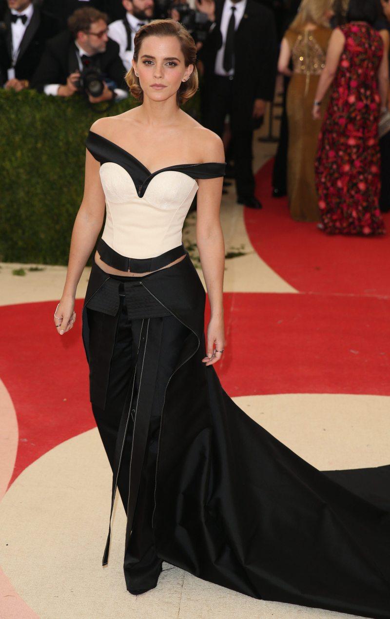 """Thảm đỏ Met Gala 2016 tiếp tục là một cột mốc đáng nhớ khi """"Bông hồng nước Anh"""" khoe vẻ đẹp cá tính trong thiết kế áo trễ vai và quần cách điệu độc đáo được làm hoàn toàn từ nhựa tái chế của nhà mốt Calvin Klein"""