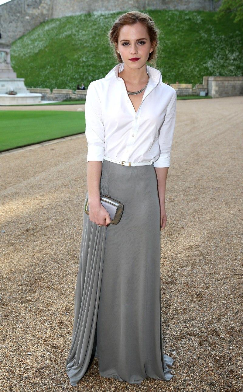 Emma Watson biến hình thành tiểu thư quý tộc thanh lịch và duyên dáng khi diện sơ mi trắng kèm chân váy từ nhà mốt Ralph Lauren, thêm phần phong cách nhờ thắt lưng, vòng cổ và clutch cầm tay sang trọng của Roger Vivier
