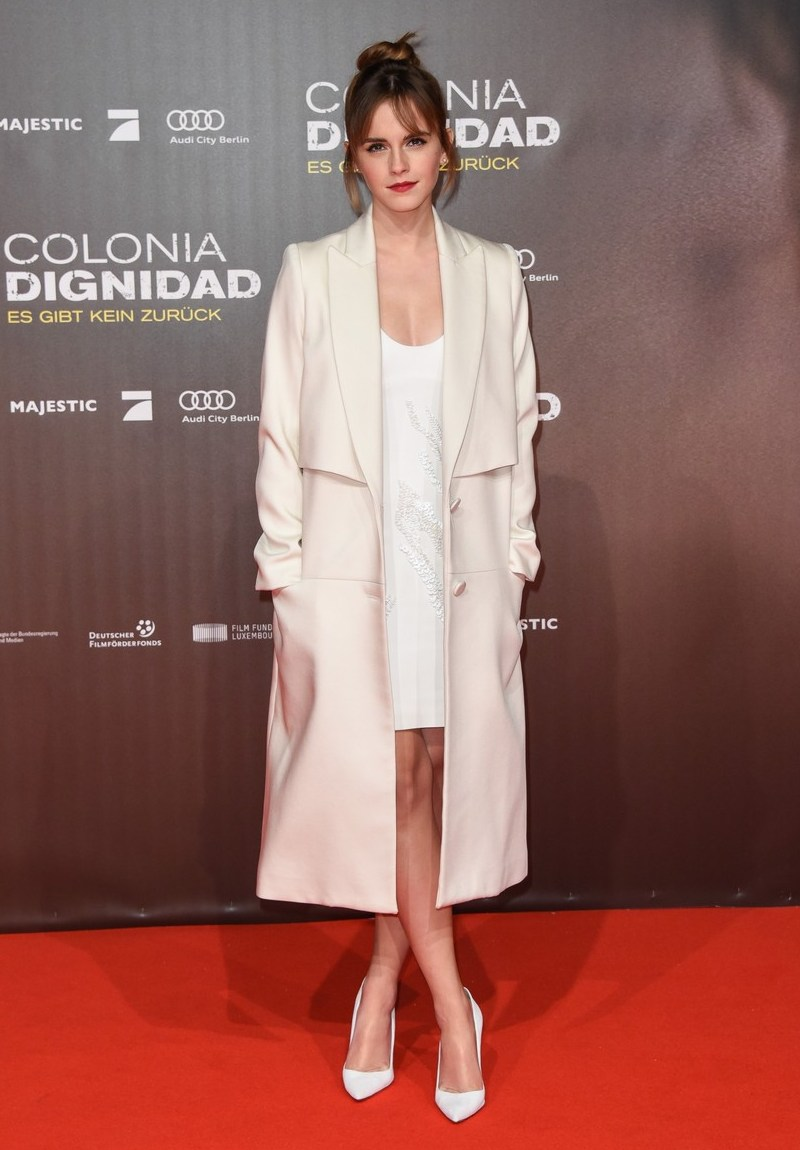 """Sắc trắng thanh khiết của đầm Maiyet và áo khoác Behno khiến vẻ đẹp của Emma Watson """"gây thương nhớ"""" hơn bao giờ hết. Túi búi cao cùng những món đồ tối giản được phối hợp hài hòa làm bao người không thể rời mắt khỏi nàng Belle xinh đẹp"""