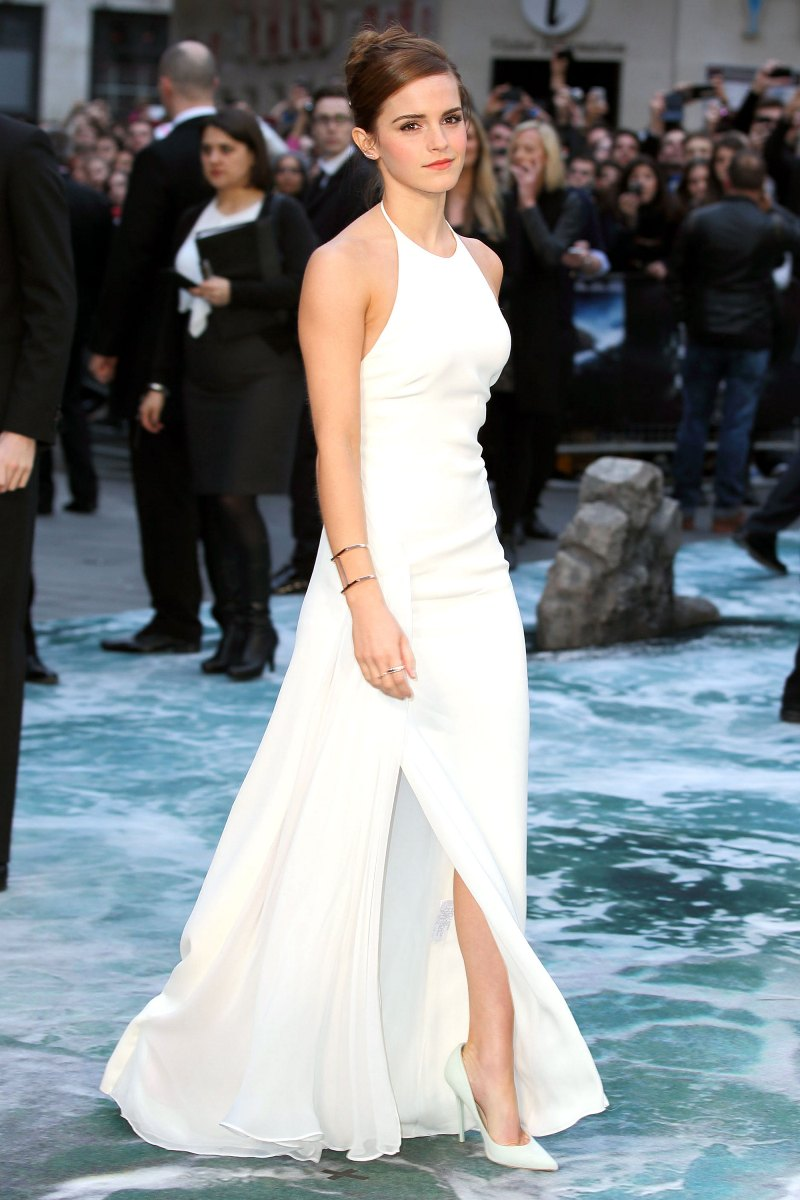 """Emma Watson đẹp tựa nữ thần trong chiếc đầm cổ yếm xẻ tà gợi cảm của nhà mốt Ralph Lauren, tự tin thả dáng tại buổi công chiếu phim """"Noah"""""""