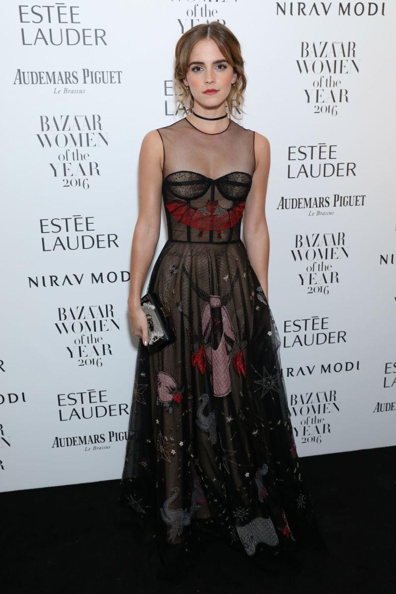 Đầm dạ hội xuyên thấu được đính kết công phu, tác phẩm đặc trưng của NTK Maria Grazia Chiuris từ thương hiệu Christian Dior được rất nhiều sao nữ yêu thích trong đó có Emma Watson