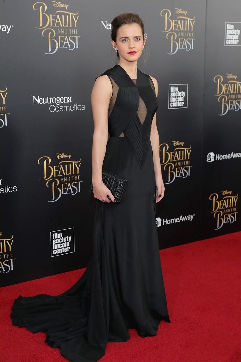 """Sắc đen bí ẩn là """"bạn đồng hành"""" được Emma Watson hết mực """"cưng chiều"""". Nàng Belle khoe nhan sắc nồng nàn trong thiết kế đầm đen quyến rũ của nhà mốt Givenchy"""