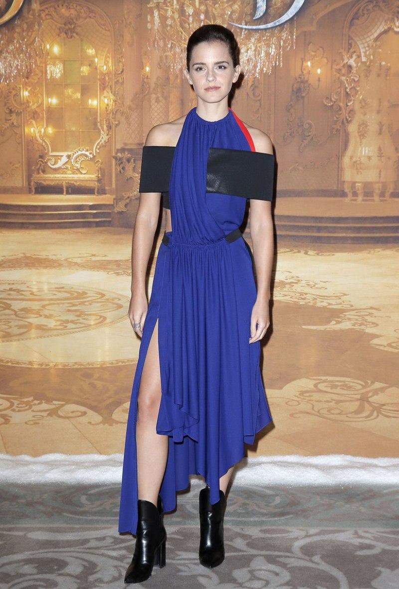 """Gu thời trang đẳng cấp của Emma Watson tiếp tục được minh chứng rõ nét trong bộ đầm xanh cobalt phối da đặc sắc của Louis Vuitton. Tương tự thiết kế Emma Watson diện tại Met Gala 2016, đây là bộ cánh làm từ nguyên liệu vỏ chai tái chế, chứa đựng thông điệp về bảo vệ môi trường mà """"Bông hồng nước Anh"""" muốn nhắn gửi"""