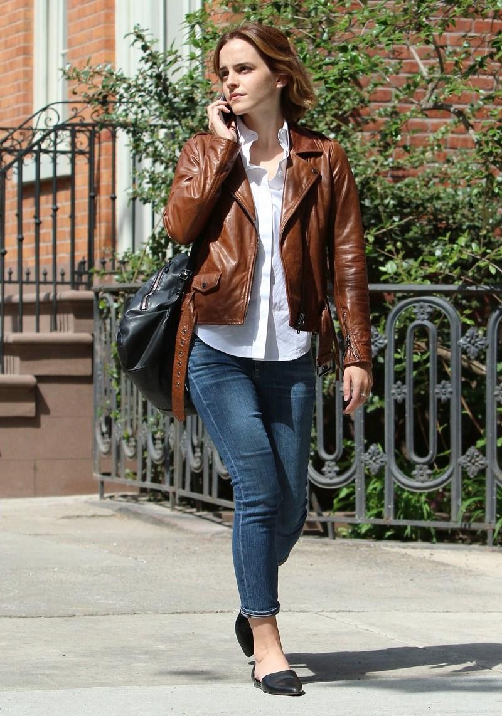 """Như bao cô gái cùng độ tuổi, quần jeans là món đồ """"đinh"""" không thể thiếu trong """"từ điển"""" mặc đẹp của Emma Watson. Cô nàng thường phối chúng với áo thun hoặc sơ mi, mặc kèm áo khoác và những đôi giày bệt năng động. Đây cũng là công thức """"chuẩn không cần chỉnh"""" trong mọi tình huống và đặc biệt không bao giờ biến nàng trở thành """"thảm họa thời trang"""""""