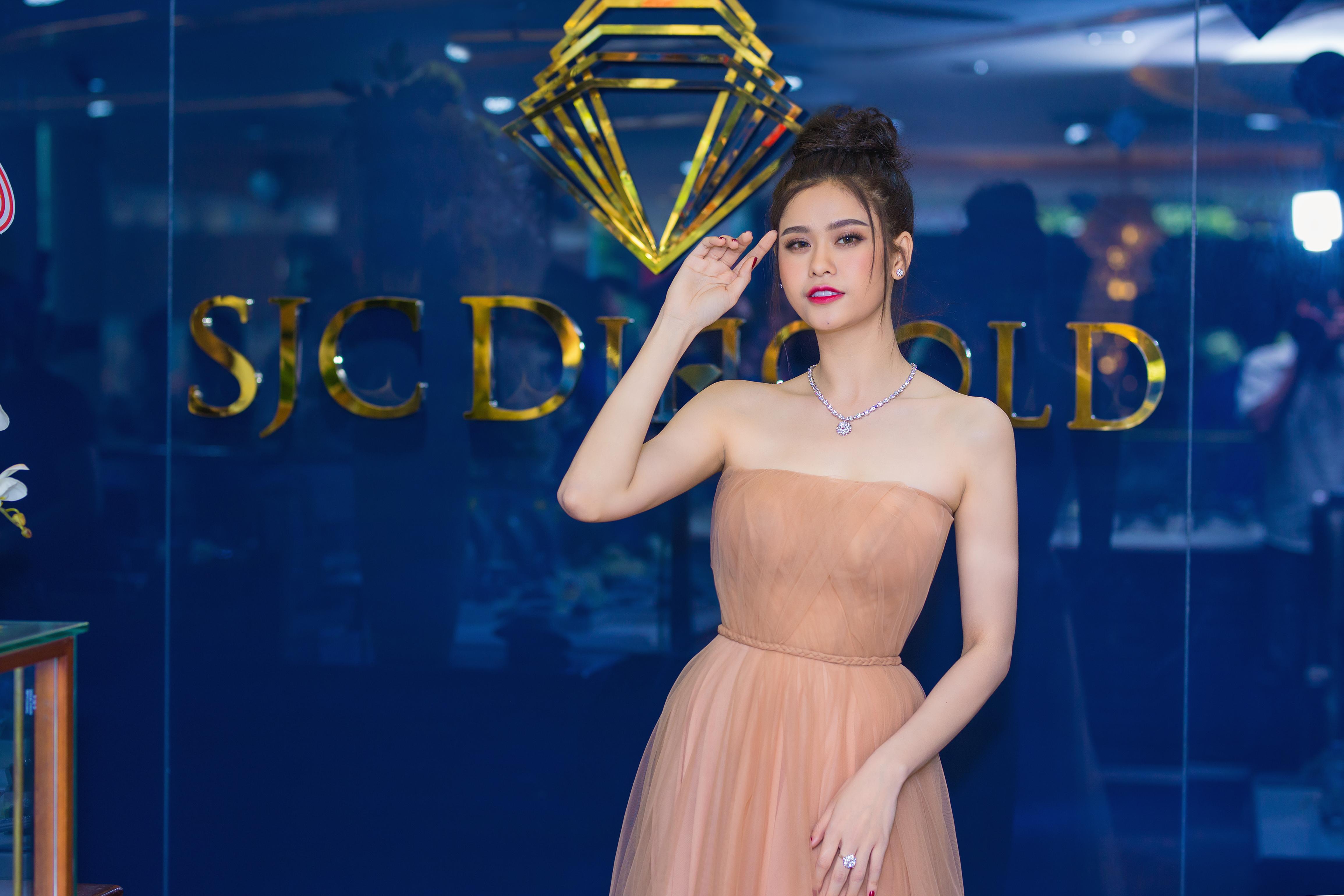 Trương Quỳnh Anh xinh đẹp lộng lẫy tại Tuần lễ Kim cương & Đá quý SJC