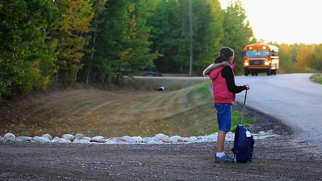 Trẻ em đi học một mình: Những mối nguy tiềm ẩn và cách đề phòng