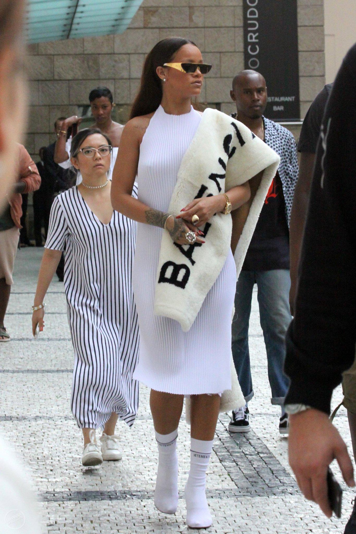 Cô nàng còn yêu thích các thiết kế của Demna đến mức đã diện một chiếc khăn lông Balenciaga giữa mùa hè. Cá tính mạnh mẽ và sự độc đáo của các thiết kế từ Demna Gvasalia là một sự kết hợp vô cùng hoàn hảo.