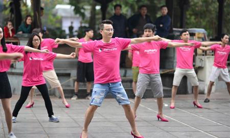 Bố con Hoàng Bách đi giày cao gót nhảy flashmob đấu tranh cho bình đẳng giới