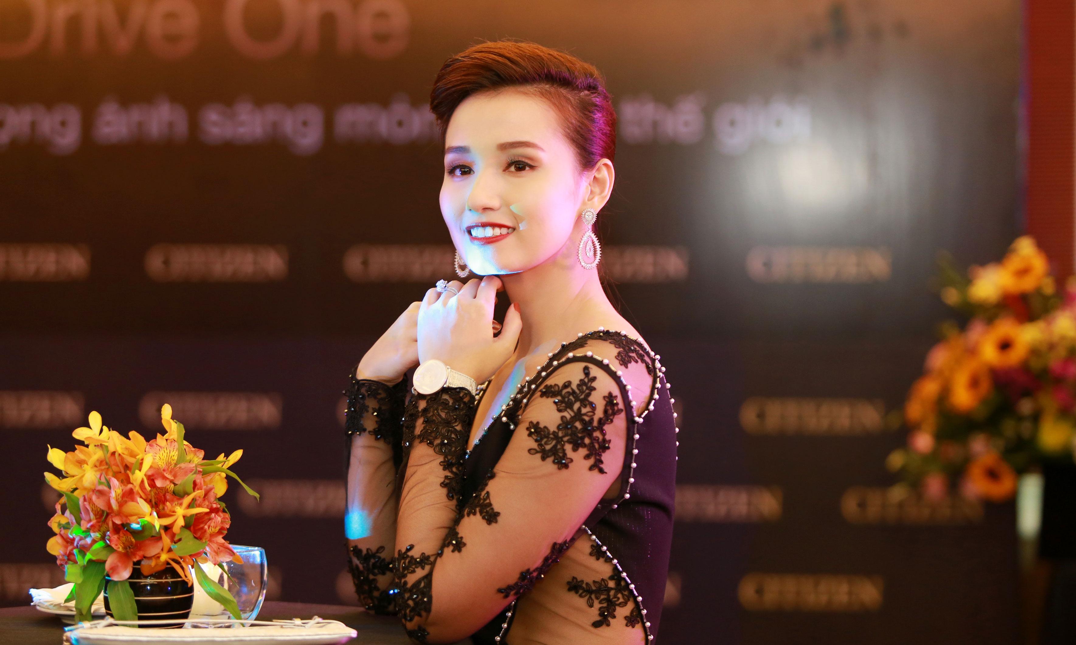 Lã Thanh Huyền quyến rũ với đầm xuyên thấu