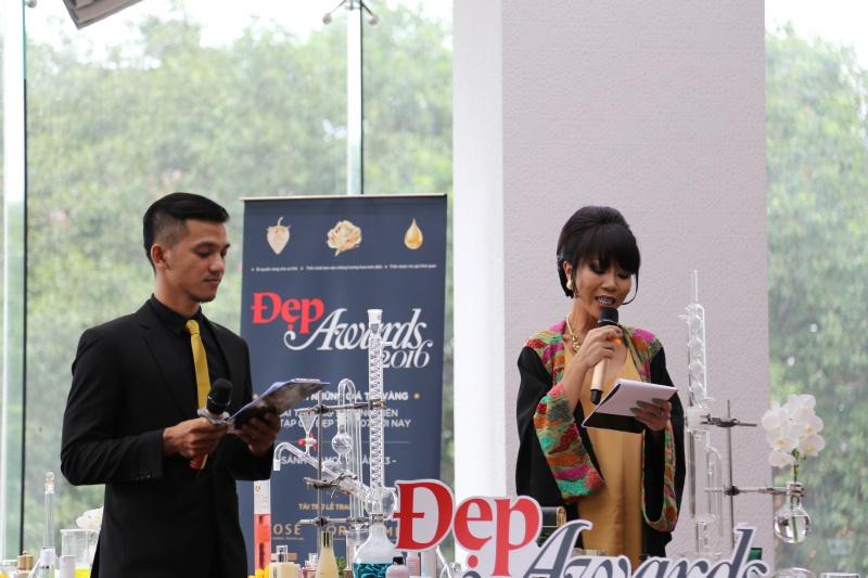 """Đã nhiều năm đồng hành cùng lễ trao giải Đẹp Awards, hai MC Phú Đức và Trác Thuý Miêu luôn mang đến những màn """"tung hứng"""", dẫn dắt vô cùng thú vị"""