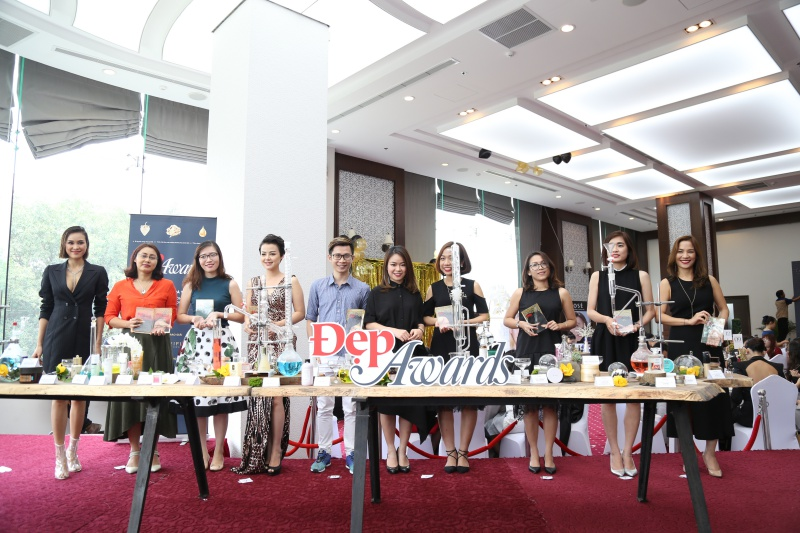 Đại diện Tạp chí Đẹp trao giải cho các nhãn hàng đạt giải ở 6 hạng mục: sản phẩm trang điểm, sản phẩm chăm sóc da, sản phẩm chăm sóc tóc, sản phẩm chăm sóc cơ thể và nước hoa, sản phẩm hỗ trợ làm đẹp và dịch vụ làm đẹp