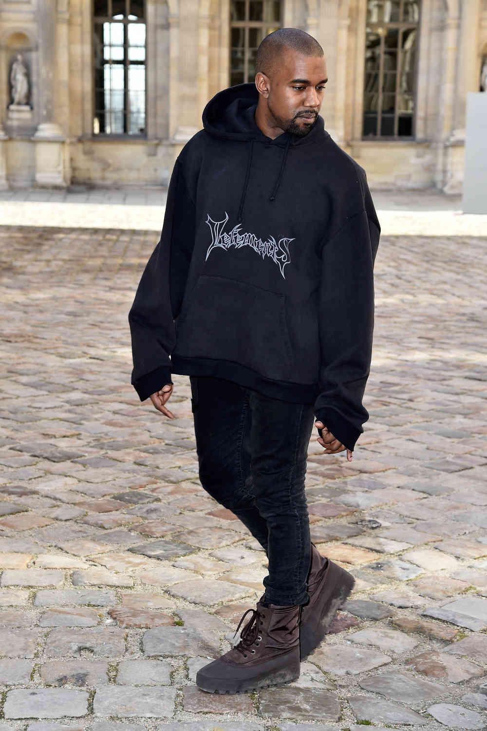 Rapper Kanye West đã ủng hộ Vetements ngay từ khi chưa có nhiều người biết đến thương hiệu này. Thiết kế sweater quá khổ được anh diện tại một show diễn của Dior đã thu hút nhiều bình luận trái chiều từ báo giới và người hâm mộ.