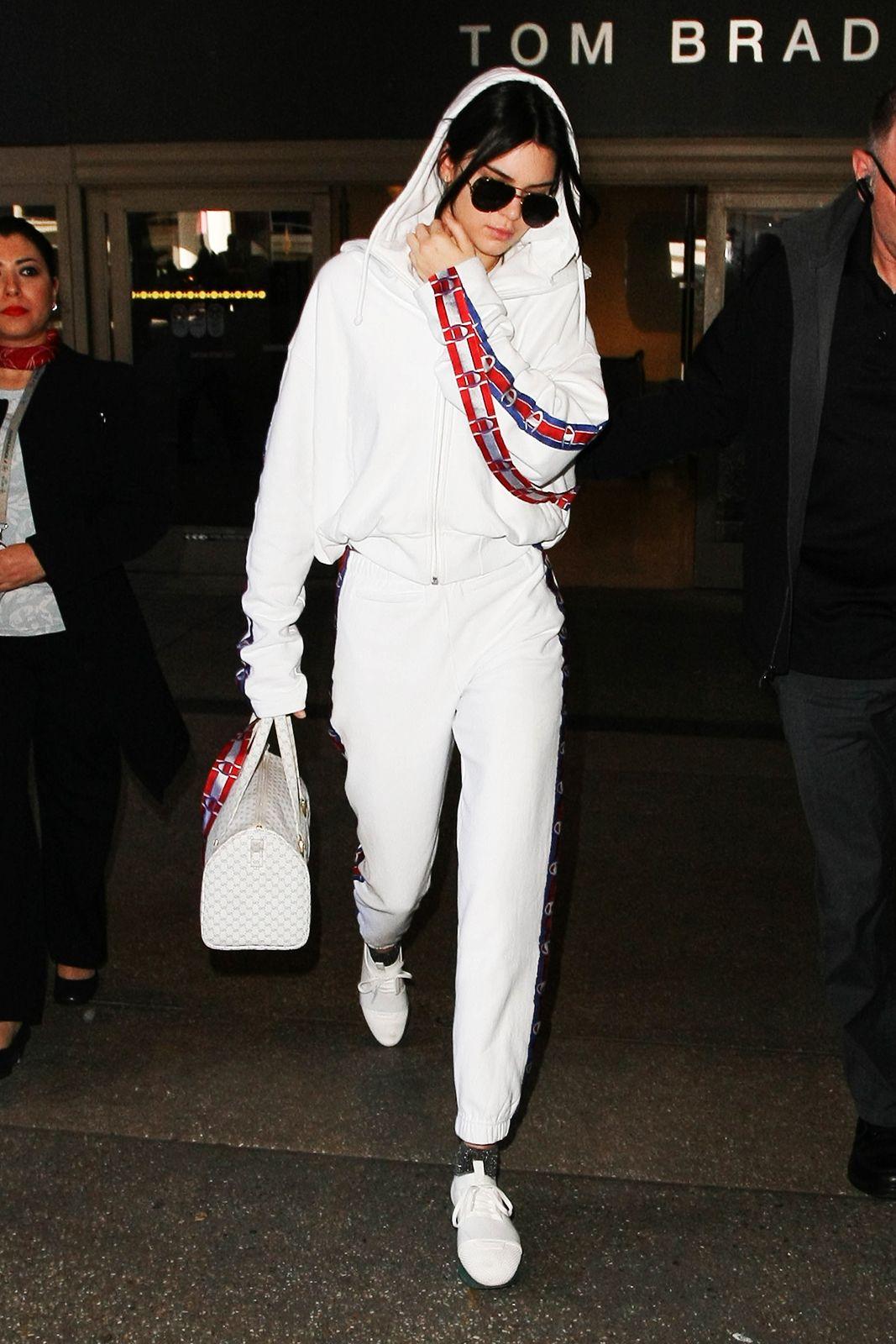 Người mẫu thế hệ mới Kendall Jenner cũng hiểu rõ điều này khi chọn cho mình một thiết kế đồ thể thao bắt mắt từ bộ sưu tập Xuân Hè 2017 của Vetements để xuất hiện tại sân bay.