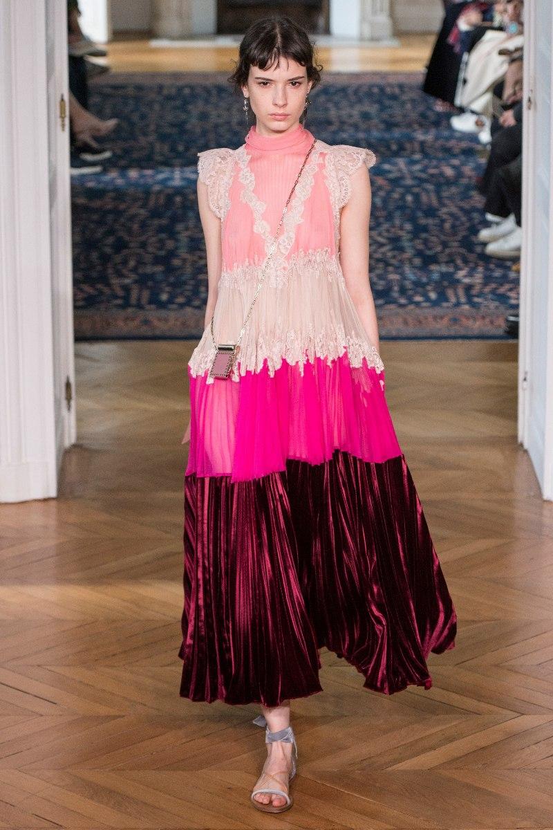 """Hồng là màu sắc chủ đạo """"phủ sóng"""" BST Xuân Hè 2017 của nhà mốt Valentino. Thiết kế đầm dài xếp tầng phối hợp ăn ý các sắc độ hồng mang đến cho nàng diện mạo ngọt ngào và thuần khiết"""