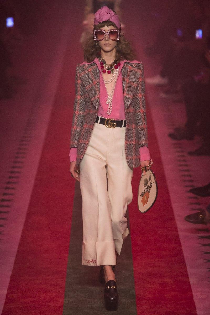 """Sắc hồng hòa quyện với trắng và đen, kết hợp trang sức cầu kỳ được Gucci """"thổi hồn"""" làm nên set trang phục hoàn hảo, tái hiện ấn tượng hình ảnh các quý cô sang chảnh trong những hộp đêm thập niên 70"""