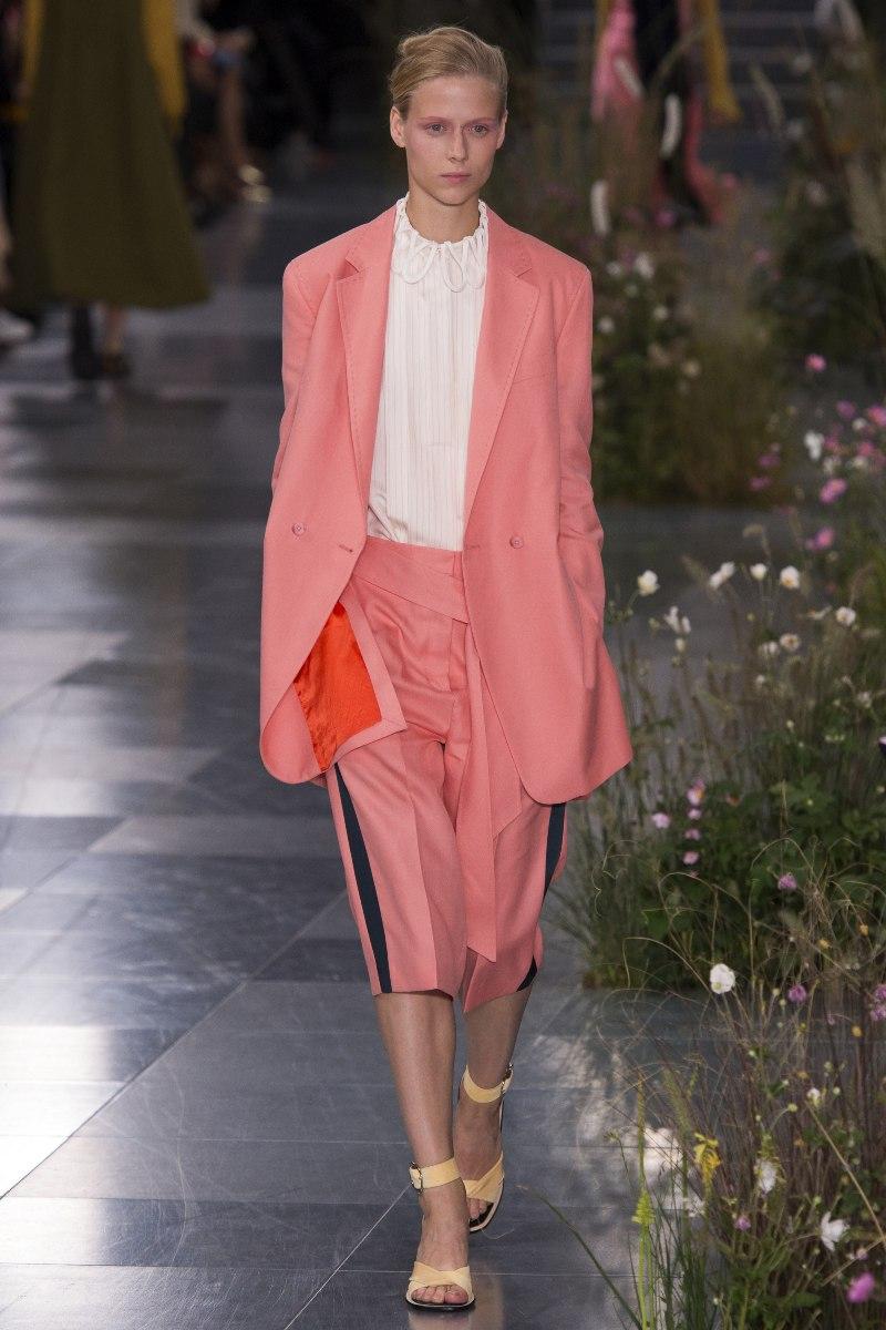 Bộ suits mang sắc hồng san hô trở nên tươi mới hơn hẳn, không còn quá cứng nhắc, đặc biệt khi Paul Smith sáng tạo nên thiết kế quần ống lửng phối sọc hai bên vô cùng thời thượng và trẻ trung