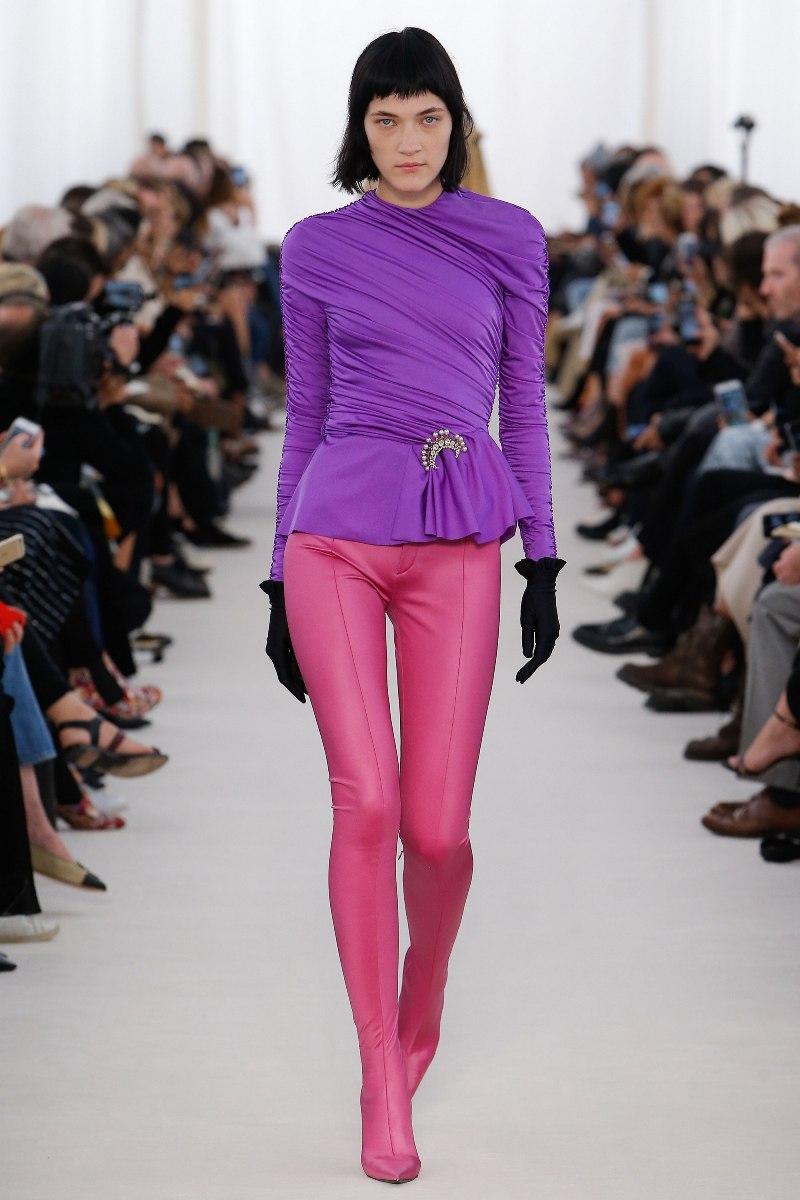 """Balenciaga gây ấn tượng mạnh khi trình làng những thiết kế quần hồng bó sát, tuy kén dáng mặc nhưng đảm bảo giúp phái đẹp """"F5"""" phong cách thành công"""