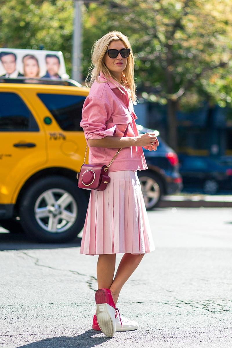 """Diego Zuko """"ghi điểm"""" với cả set trang phục mang sắc hồng cuốn hút, cân bằng nét nữ tính và cá tính nhờ đôi giày thể thao phối màu trắng - hồng đặc sắc, trẻ trung"""