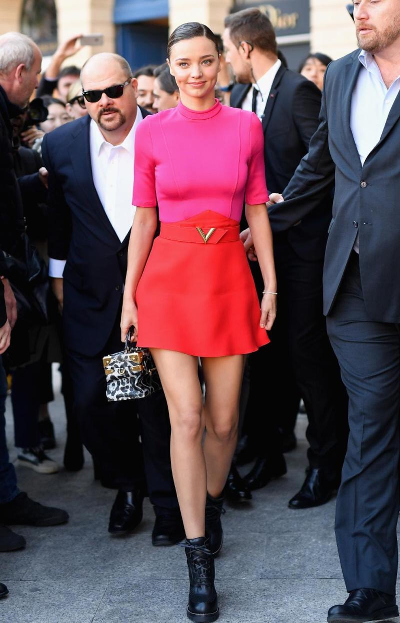 """Siêu mẫu Miranda Kerr xuất hiện không thể nổi bật hơn với """"phép cộng thần thánh"""" hồng và đỏ, khoe thần thái rạng ngời tại show diễn Xuân Hè 2017 của nhà mốt Louis Vuitton"""
