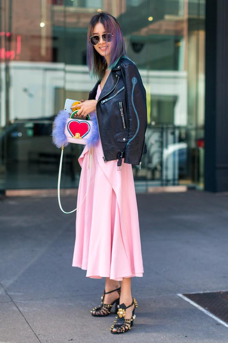 Cả hai fashionista đình đám của làng mốt Alexa Chung và Irene Kim đều lựa chọn công thức đầm dài mang gam hồng ngọt ngào kết hợp với áo khoác da đen bụi phủi để hoàn thiện vẻ ngoài thời thượng hấp dẫn