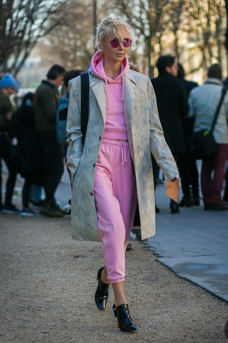 Bộ nỉ hồng năng động diện cùng áo khoác dáng dài và bốt đen mang đến diện mạo sành điệu, phô diễn tài phối đồ đẳng cấp của fashionista nổi danh Olga Karput