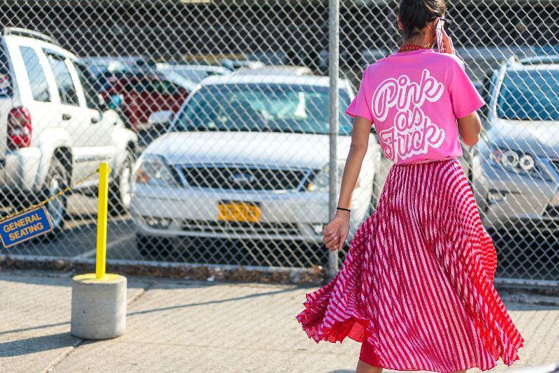"""""""50 sắc thái"""" hồng chiếm lĩnh mọi mặt trận đường phố, là gam màu """"nóng sốt"""" phái đẹp không thể bỏ qua để tỏa sáng mọi lúc mọi nơi khi sải bước trong mùa mốt Xuân Hè rực rỡ này"""