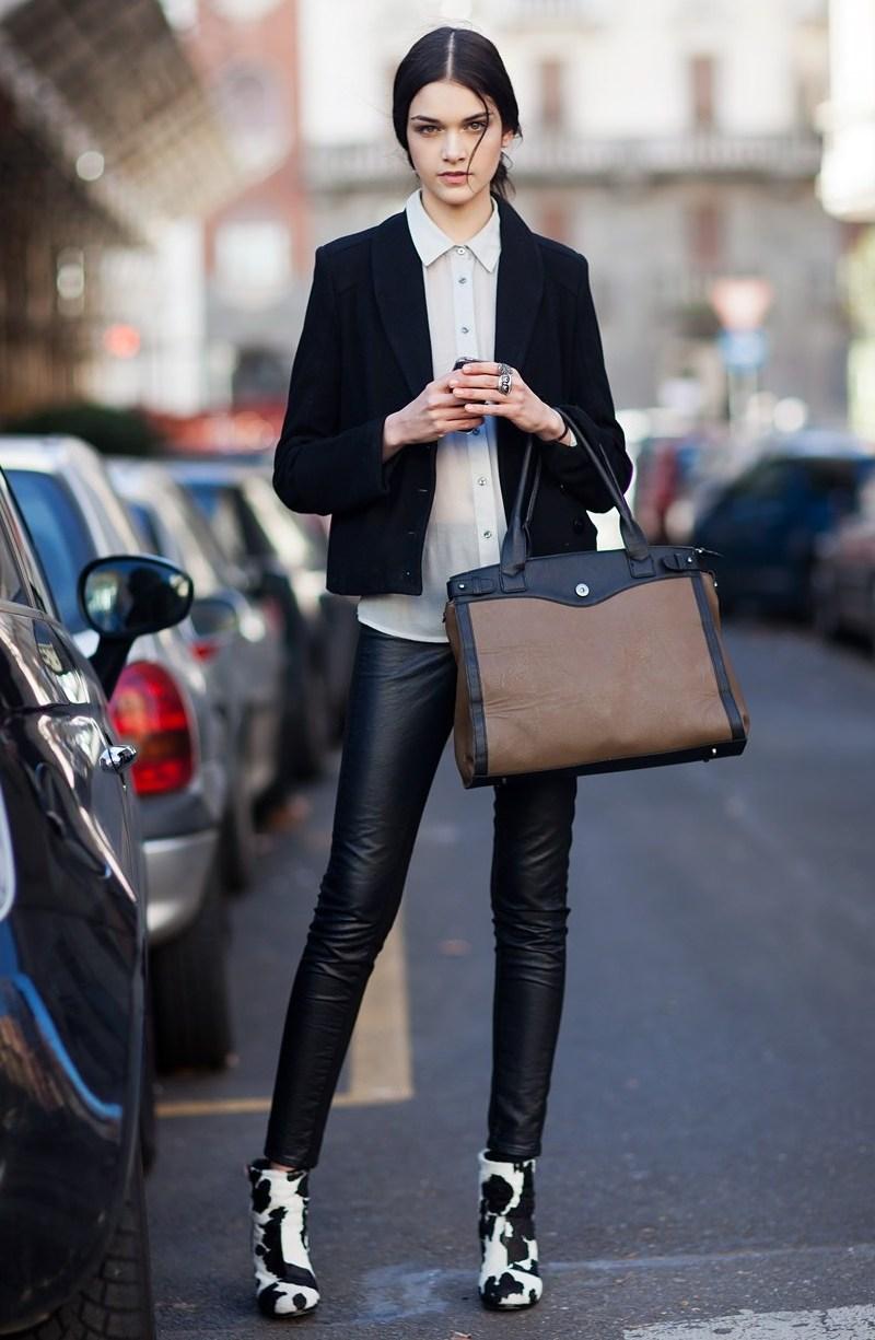 """Không chỉ quần jeans hay quần âu, quần da cá tính cũng cực """"hợp cạ"""" với áo sơ mi trắng, diện cùng blazer lịch lãm gây ấn tượng mạnh mẽ khi vừa sang trọng vừa mang đậm """"chất"""" riêng"""