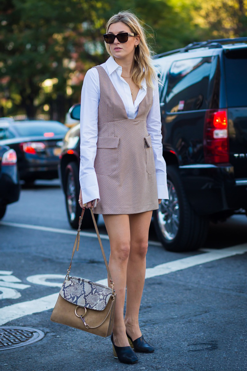 """Đầm ngắn cổ sâu mặc bên ngoài sơ mi trắng là công thức thú vị và tươi mới dành cho những cô nàng công sở sành điệu muốn """"F5"""" phong cách"""