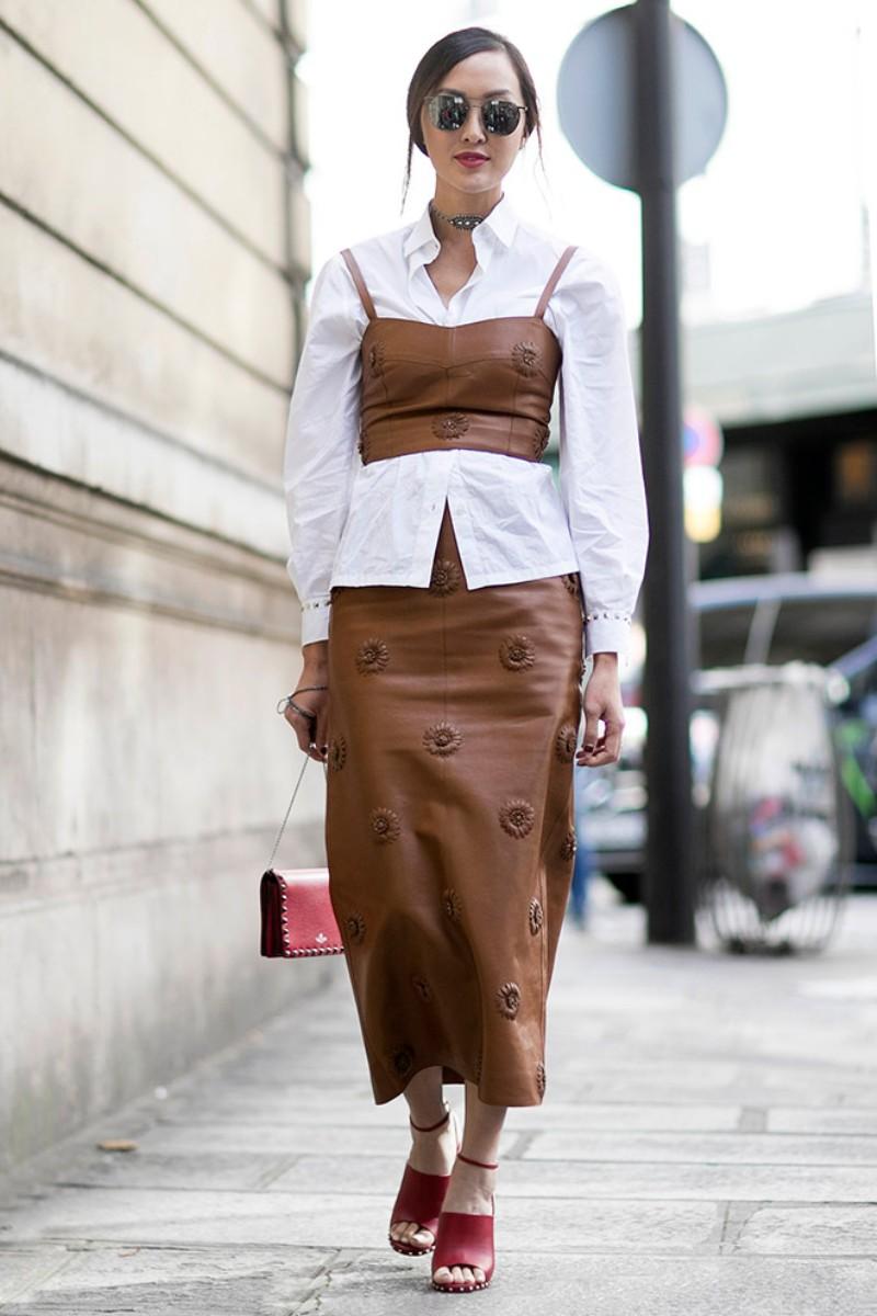 Thêm corset hoặc áo hai dây dáng crop-top bên ngoài, những chiếc áo sơ mi trắng trở nên hiện đại, cá tính và cuốn hút đến mê mẩn