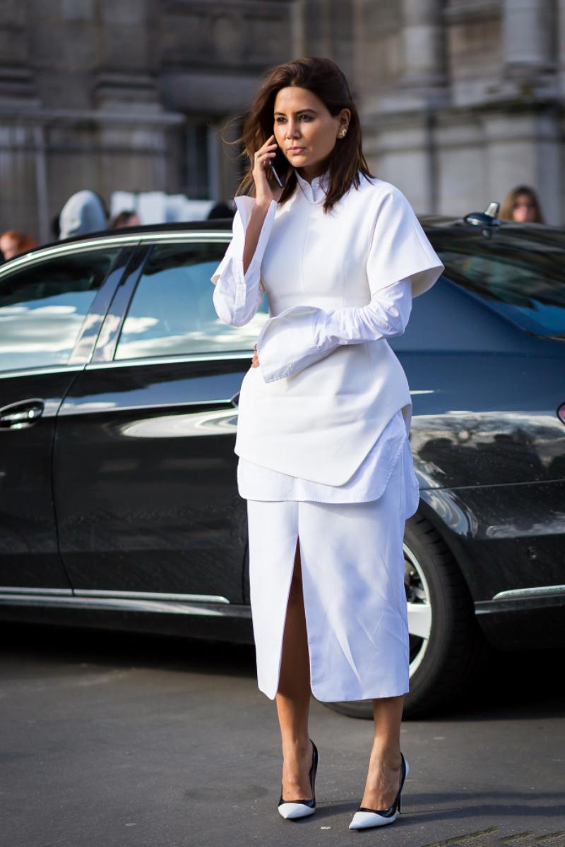 """Cách phối cả """"cây"""" trắng là """"tuyệt chiêu"""" không thể bỏ qua khi trổ tài biến hóa cùng áo sơ mi, giúp nàng phô diễn gu thẩm mỹ tài tình cùng nhan sắc tinh khôi, rạng rỡ"""