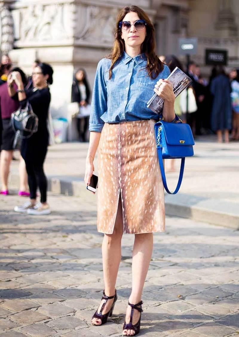 Sơ mi denim phối với chân váy và giày cao gót cân bằng vẻ đẹp nữ tính và cá tính, là công thức thời thượng và sang chảnh làm nên nét quyến rũ của các quý cô