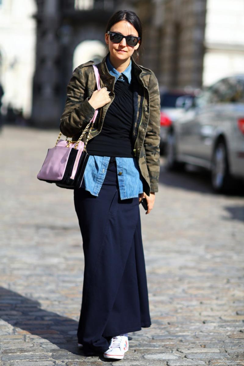 Phối layer áo sơ mi denim với áo nỉ và áo khoác giúp nàng phô diễn cá tính thời trang ấn tượng vào những ngày trở lạnh
