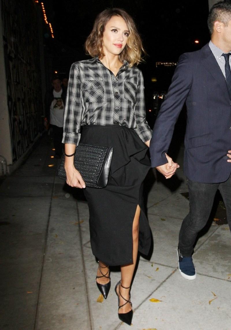 Beyoncé và Jessica Alba thanh lịch nhưng vẫn duyên dáng khi kết hợp tinh tế sơ mi kẻ caro và chân váy xẻ tà gợi cảm