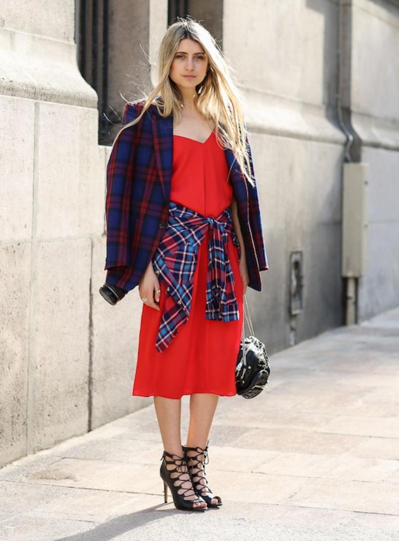 Dùng sơ mi kẻ caro buộc ngang eo là bí quyết tạo nên nét phá cách thú vị, phô diễn gu thẩm mỹ thời thượng dù nàng diện đầm dài, chân váy hay quần jeans và áo thun đơn giản