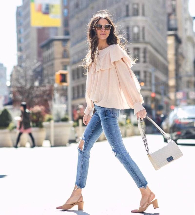 Áo tay bồng mặc với quần jeans, thêm thắt những phụ kiện sành điệu là gợi ý hoàn hảo phô diễn nét cuốn hút rạng ngời của phái đẹp khi xuống phố