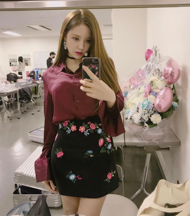 Nữ ca sĩ xinh đẹp Hyomin của nhóm nhạc T-ara phô diễn thần thái sang chảnh trong chiếc áo sơ mi tay dài, cực ăn ý với chân váy đen thêu hoa, thêm nét cuốn hút nhờ vòng cổ choker và hoa tai to bản