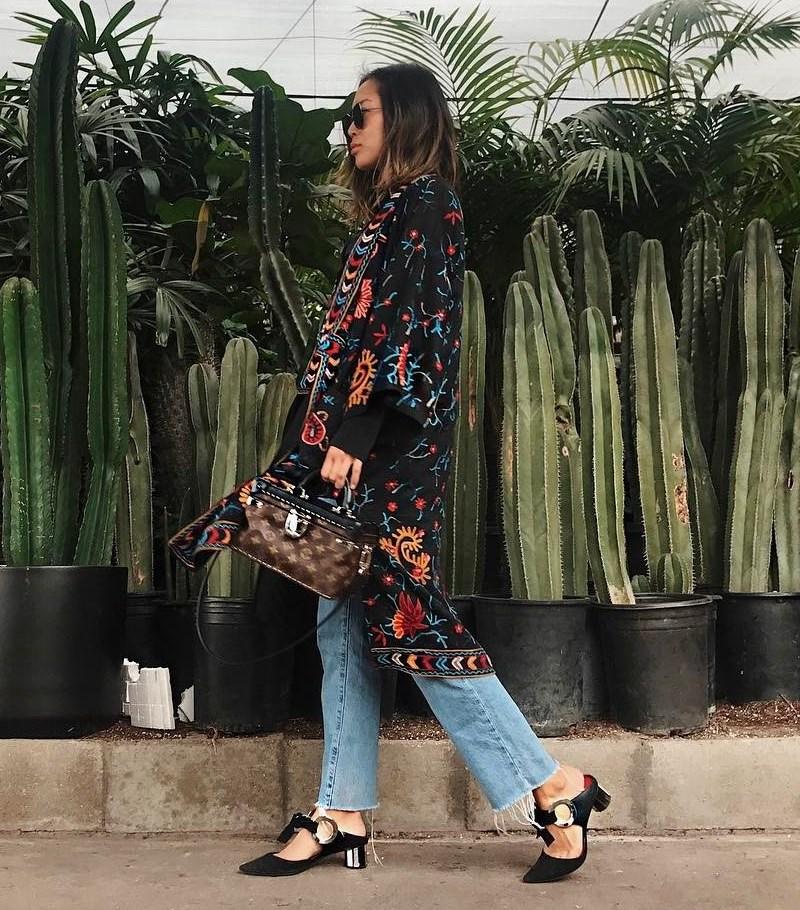 Chiara Ferragni và Aimee Song khoe dáng sành điệu trong những chiếc áo khoác thêu hoa bắt mắt