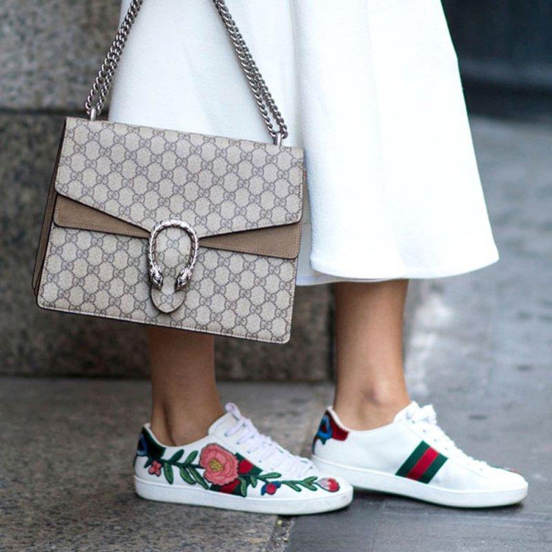 """Những đôi giày sneaker thêu hoa của nhà mốt Gucci từ khi ra mắt đã gây """"sốt"""" không tưởng, theo chân các tín đồ thời trang đình đám """"càn quyét"""" khắp mọi nẻo đường"""