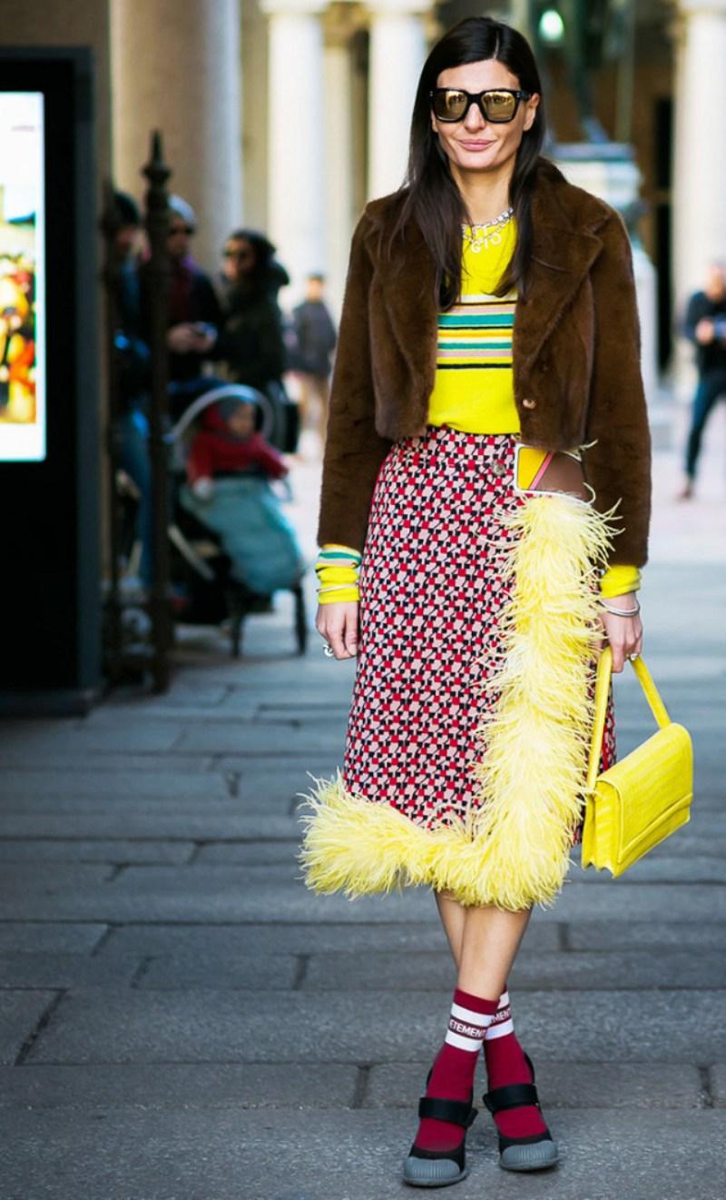 """Diện những chiếc váy quấn (wrap skirt) đính lông vũ là cách ấn tượng giúp phái đẹp để lại dấu ấn hút hồn trên """"sàn diễn đường phố"""""""