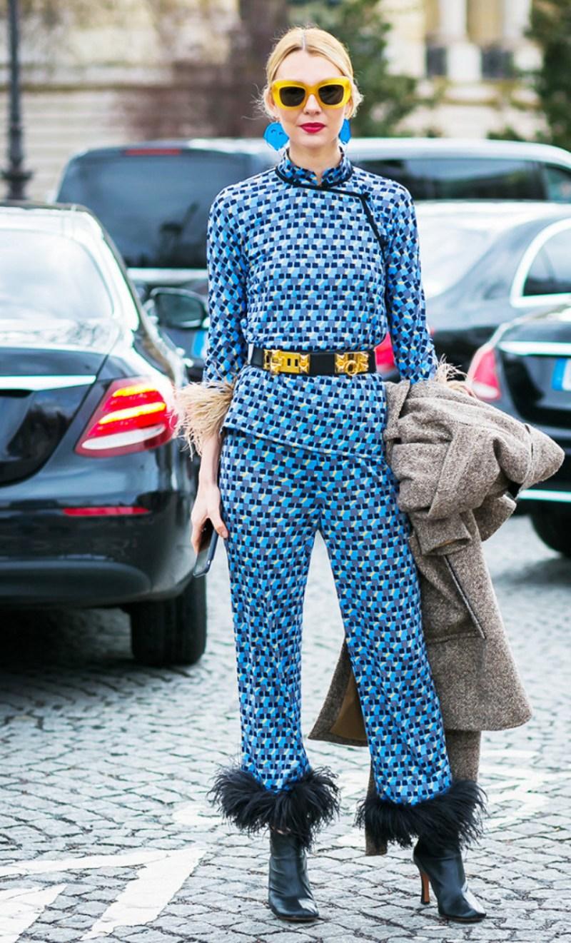 """Các thiết kế họa tiết đính lông vũ của nhà mốt Prada trong BST Xuân Hè 2017 dễ dàng """"đánh cắp"""" trái tim phái đẹp, càng sang trọng và độc đáo với sự """"góp sức"""" của loạt phụ kiện sành điệu"""